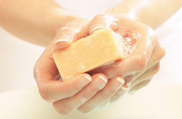 Мыло должно быть безопасным для кожи. Фото с сайта www.unipymes.com