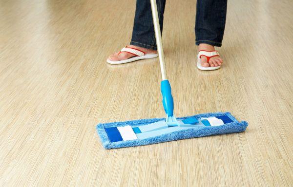 Важно мыть линолеум только мягкими средствами и материалами. Фото с сайта uborkabutovo.ru