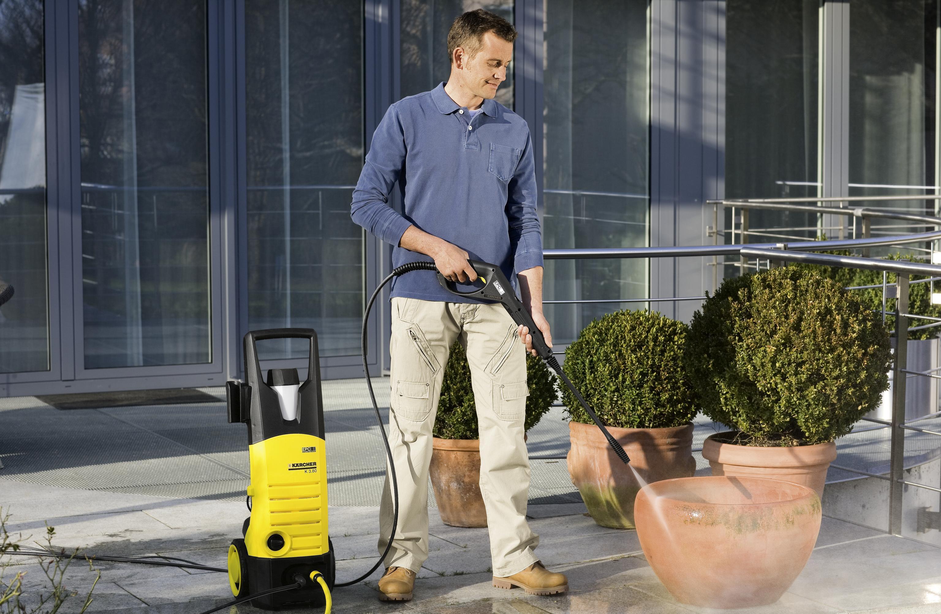 Мини-мойка поможет в генеральной уборке снаружи. Фото с сайта dodveri.su