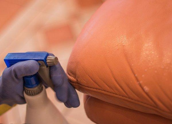 Не используйте для чистки кожаной мебели водопроводную воду. Фото с сайта spb-clean.ru