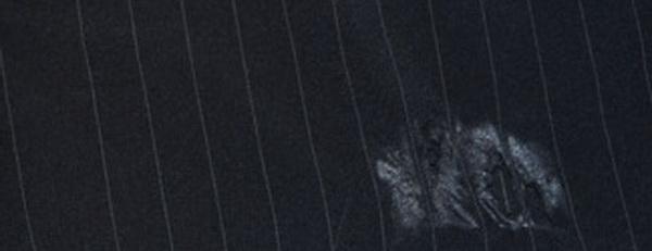 Как вывести блестящее пятно от утюга на черных брюках фото