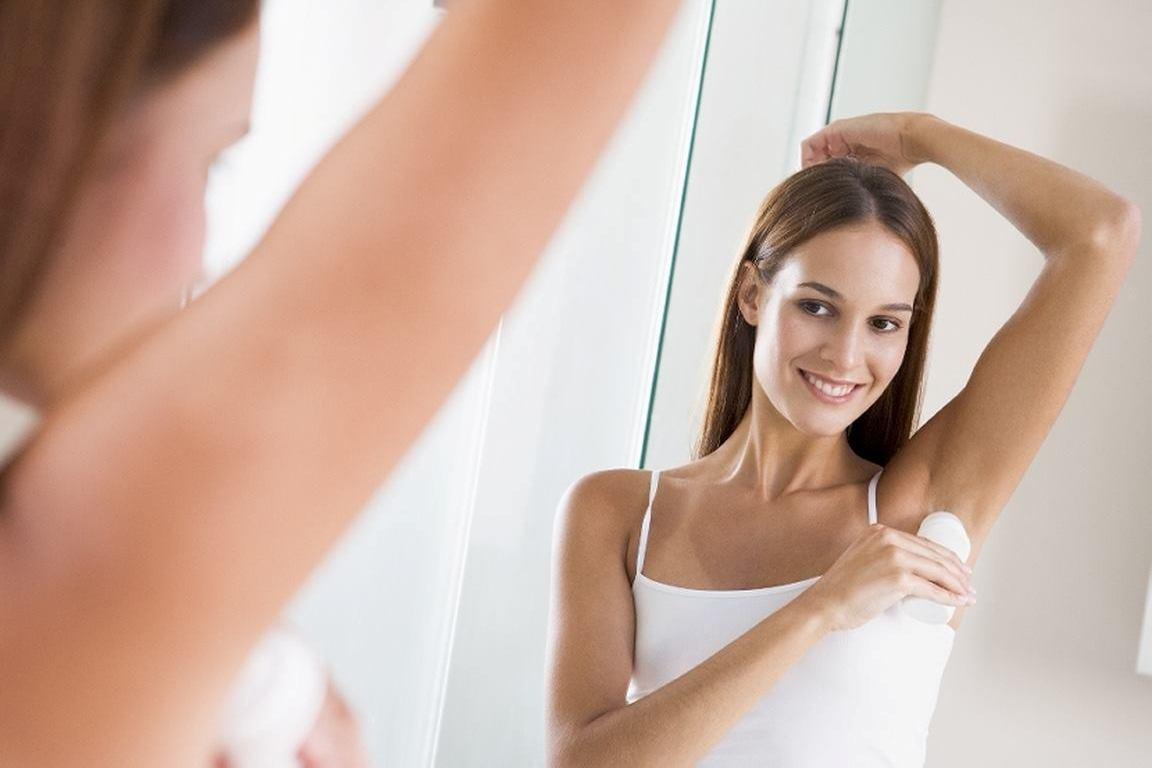 Применение дезодоранта согласно инструкции способно предотвратить появление пятен. Фото с сайта mixoftips.com