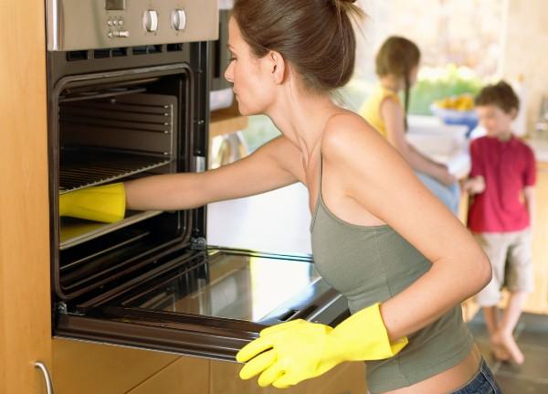Обязательно производите чистку только в перчатках. Фото с сайта i.huffpost.com