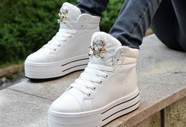 Кроссовки с обилием декора лучше не стирать в машинке. Фото с сайта taobaocdn.com