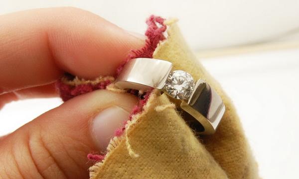 Уберечь кольцо от черноты: эффективные способы, как почистить серебро дома