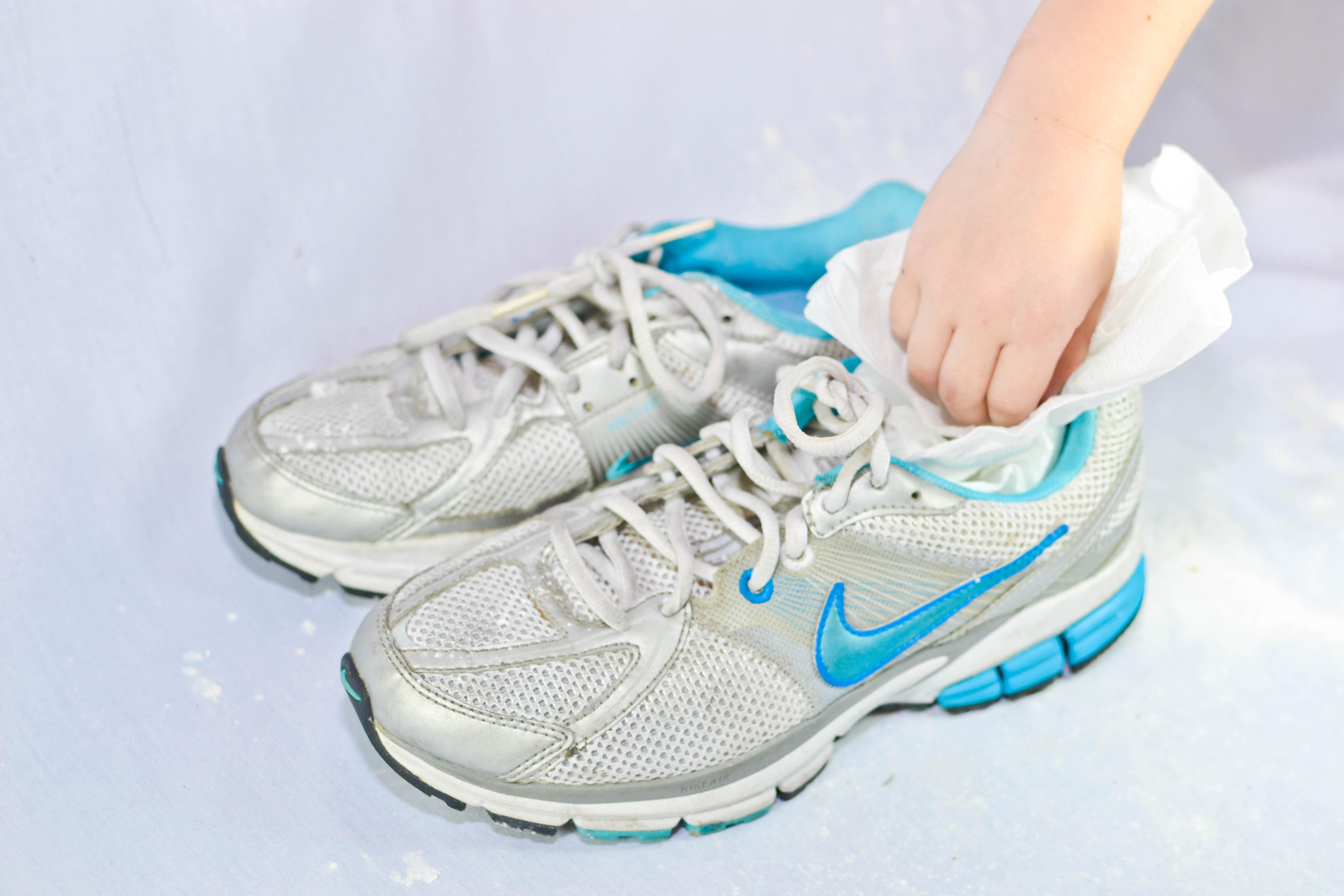 Бумага поможет быстрее просушить обувь. Фото с сайта www.wikihow.com