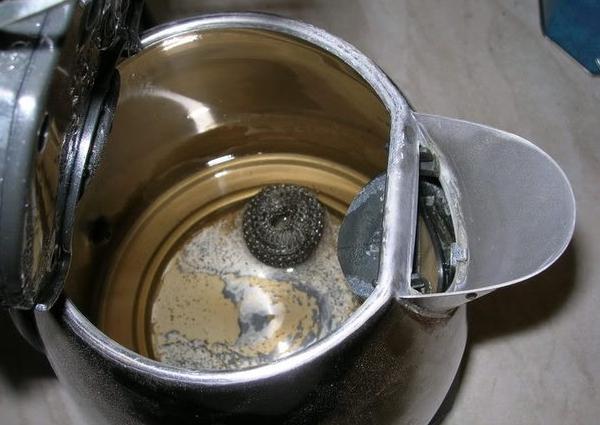 Запущенная накипь в чайнике. Фото с сайта fb.ru