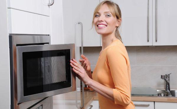 Если состояние микроволновки не запущенно, то почистить ее будет довольно несложно. Фото с сайта www.ehomebuilder.com.au