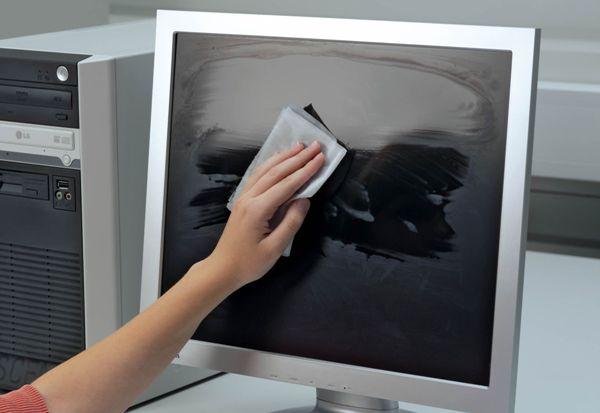 Специальные влажные салфетки подходят для мытья техники. Фото с сайта www.marktecke.com
