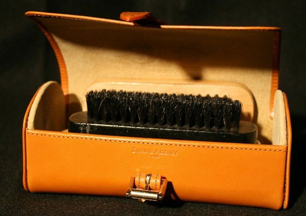 Щеточка для обуви. Фото с сайта www.classicluggage.com