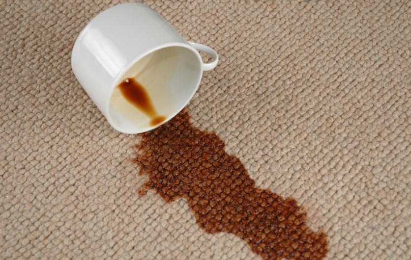Любителям кофе частенько приходится выводить пятна от этого напитка. Фото с сайта www.everestclean.com