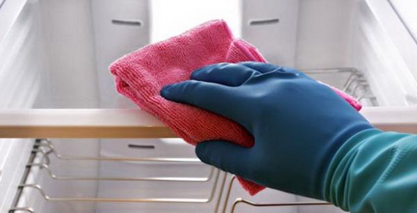 6 универсальных подсказок, чем помыть холодильник, чтобы не было запаха