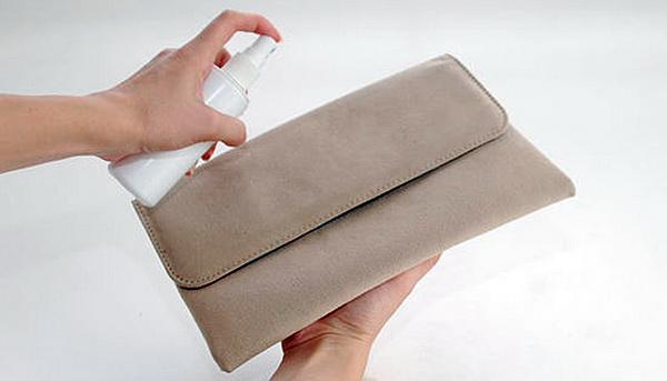 Щетка, мыльный раствор и другие домашние средства, которые помогут быстро почистить белую, коричневую и рыжую замшевую сумку
