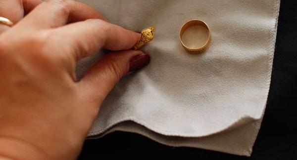 Какие домашние средства помогут почистить золотые цепочки и кольца с камнем и заставят их блестеть, не прибегая к услугам специалистов