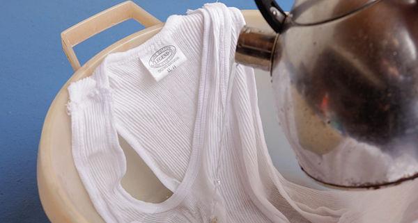 Универсальные способы, как избавиться от новых и застарелых жирных пятен, спасти от масляных разводов футболки и джинсы