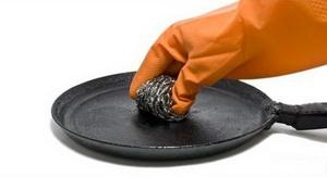 Как избавиться от нагара на сковороде (обычной и с керамическим покрытием) в домашних условиях с помощью клея и других подручных средств