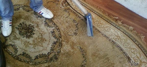 Чем почистить палас от различных загрязнений и вывести с него запах мочи в домашних условиях