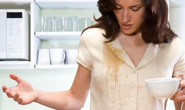 Как эффективно вывести пятна от кофе с цветной и белой одежды, ковра и мебели