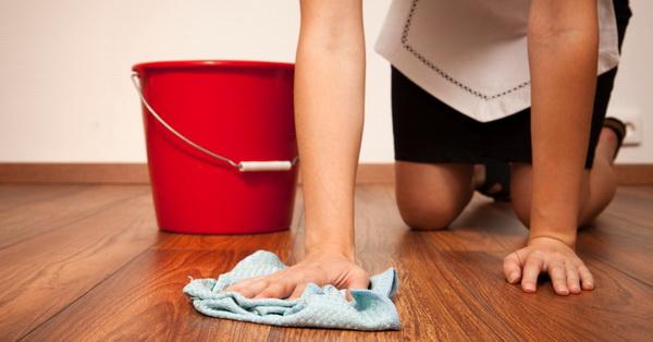 Как правильно ухаживать за ламинатом (в том числе 32-ого и 33-его классов), уберечь его от влаги, пыли и царапин?