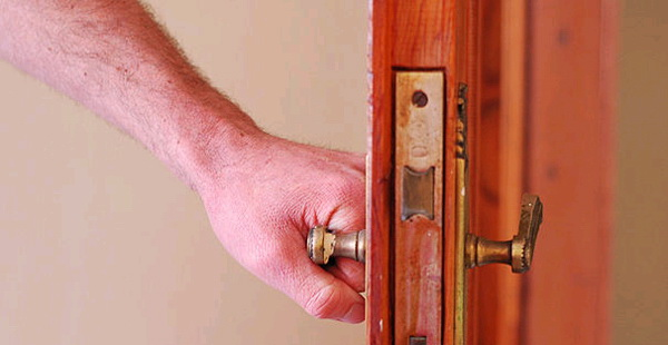 Чем смазать дверь, чтобы не скрипела, если под рукой нет машинного масла
