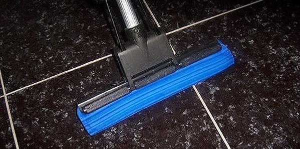 Какая швабра идеально подходит для мытья пола: деревянная, с губчатой насадкой, веревочная, с платформой