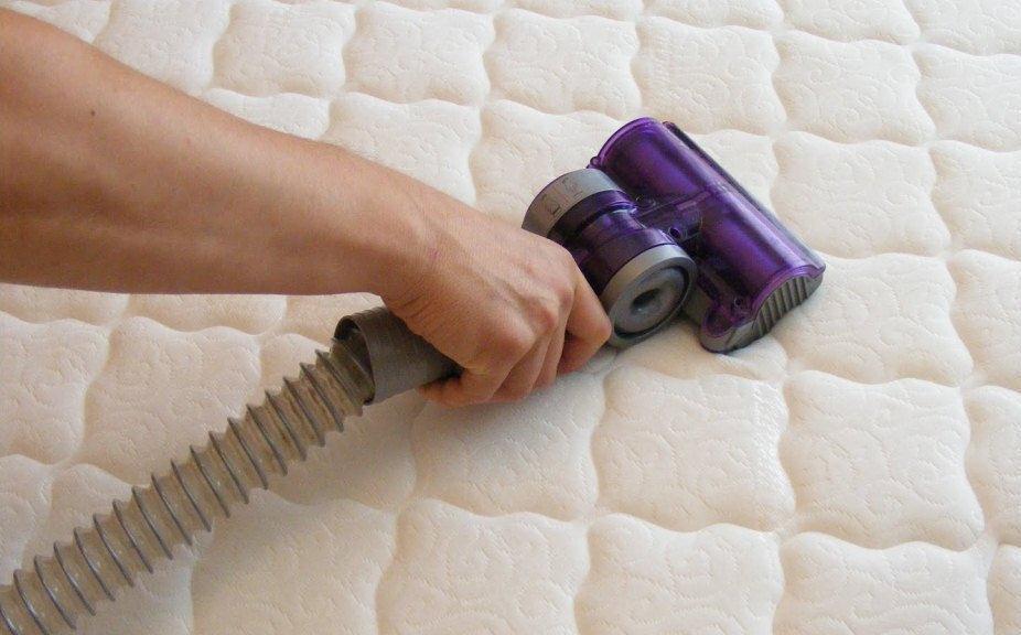 Регулярно пылесосьте матрас. Фото с сайта green-clean.nethouse.ru