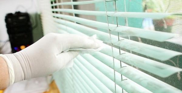 Советы хозяйкам, как очистить пластиковые и алюминиевые жалюзи, помыть тканевые вертикальные жалюзи