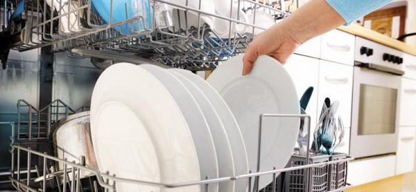 Практические советы, как мыть посуду руками и в посудомоечной машине, лучшие и экономичные химические и народные средства для мытья посуды