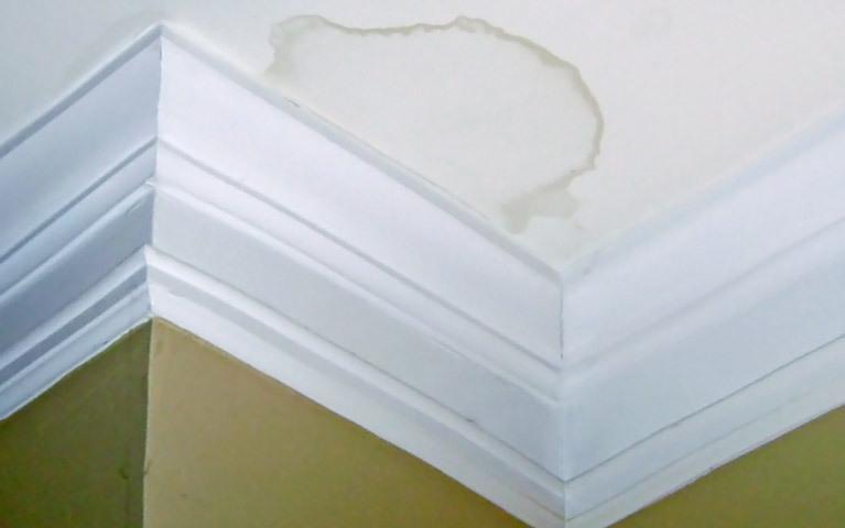 Желтые пятна на потолке: как предотвратить появление и как устранить уже имеющиеся