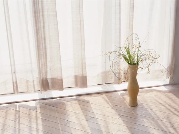 Тюль досыхает и вытягивается прямо на окне. Фото с сайта www.cctl120.com