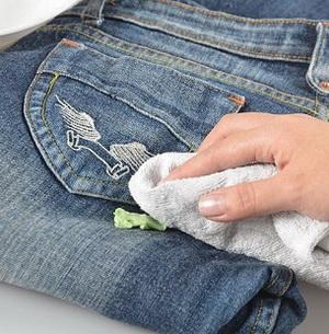 Холод, тепло, утюг и арсенал других средств, которые помогут убрать жвачку с одежды в домашних условиях