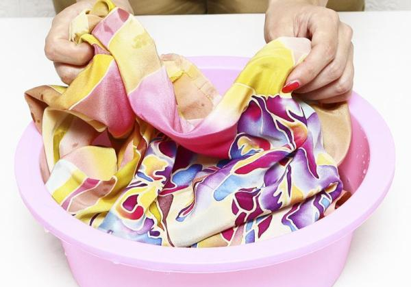 Ручная стирка предпочтительна для натуральных тканей. Фото с сайта sovetclub.ru