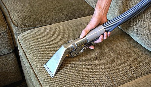 Как почистить мягкую мебель с различной обивкой в домашних условиях народными и специальными средствами