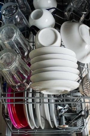 Советы домохозяек, как выбрать идеальное средство для посудомоечной машины и упростить уход за ней, ориентируясь на цену и состав моющего порошка