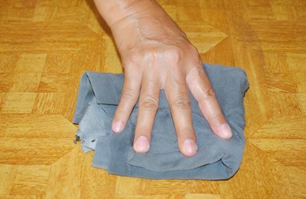 Конечно, лучше всего мыть полы тряпкой вручную. Фото с сайта www.wikihow.com