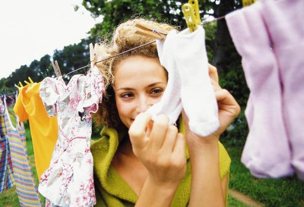 Детские вещи лучше стирать вручную. Фото с сайта otvetymamam.ru