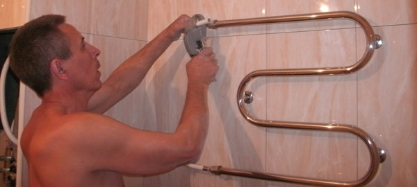 Практические советы, как грамотно выбрать полотенцесушитель в ванную: возможность отопления, вид конструкции, материал изготовления