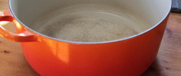 Народные средства, которые помогут отчистить пригоревшее варенье с тефлоновой, алюминиевой, чугунной, эмалированной и керамической кастрюли